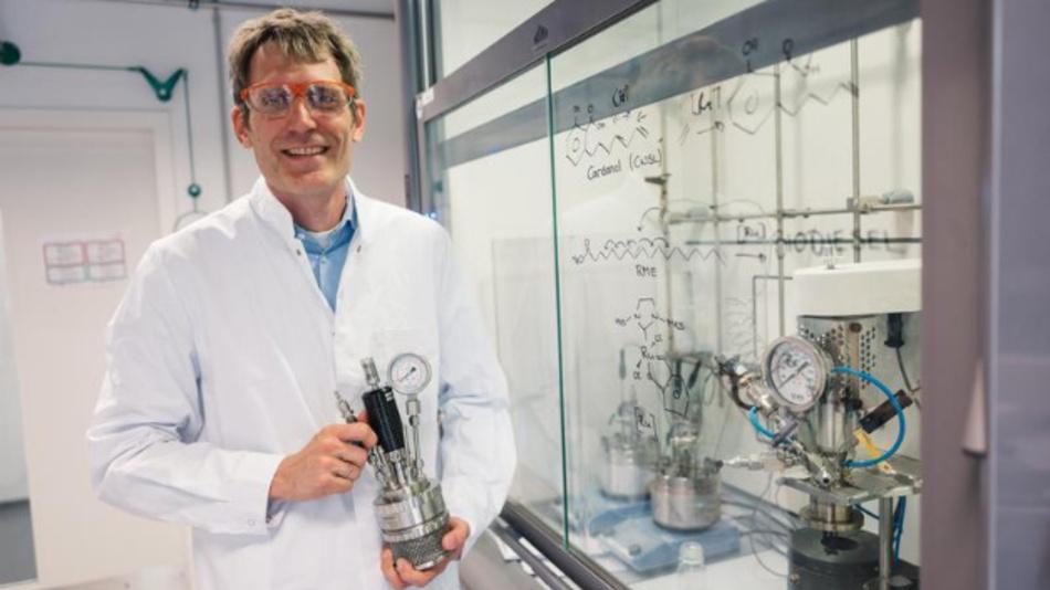 Gooßen ist Evonik-Stiftungsprofessor für Organische Chemie an der Ruhr-Universität Bochum. Bis letztes Jahr forschte er an der TU Kaiserslautern, wo die neue Technologie entwickelt wurde. Seine Doktoranden Kai Pfister und Sabrina Baader haben ihre Promotion in der Zwischenzeit beendet und arbeiten nun in der Industrie.