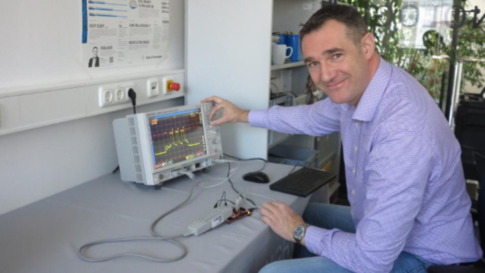 Dr. Christian Miesner, Senior Expert Power Electronics, bei einer Messaufgabe in seinem Münchner Labor.