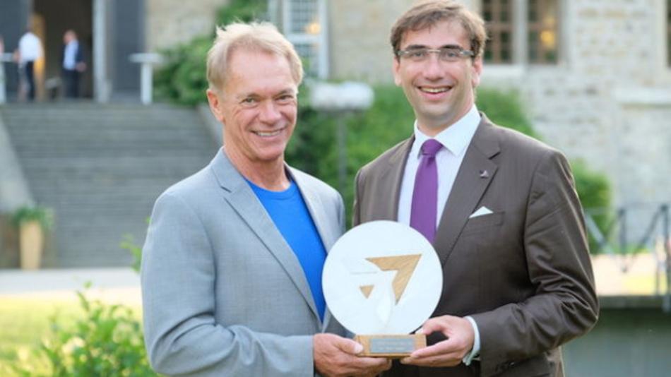 Bo Ewald, Preisträger des 2b AHEAD Innovation Award 2017, gemeinsam mit Sven Gábor Jánszky, Gründer und Chairman des 2b AHEAD ThinkTanks.
