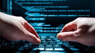 Hände auf Tastatur mit Codezeilen im Hintergrund