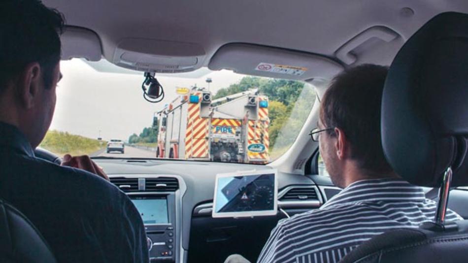 Die neue Technologie von Ford hilft dem Fahrer dabei, Einsatzfahrzeuge frühzeitig zu lokalisieren.