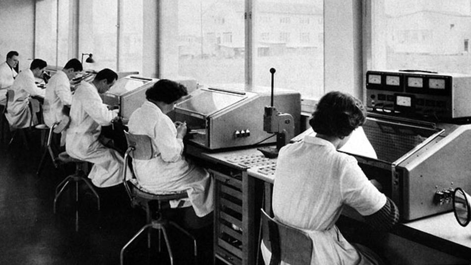 Bild 1. Ende der 1950er Jahre wurden Potenziometer, die bis dahin nur in der Luftfahrt und in militärischen Anwendungen gebräuchlich waren, erstmals auch im allgemeinen Maschinenbau erfolgreich eingesetzt.