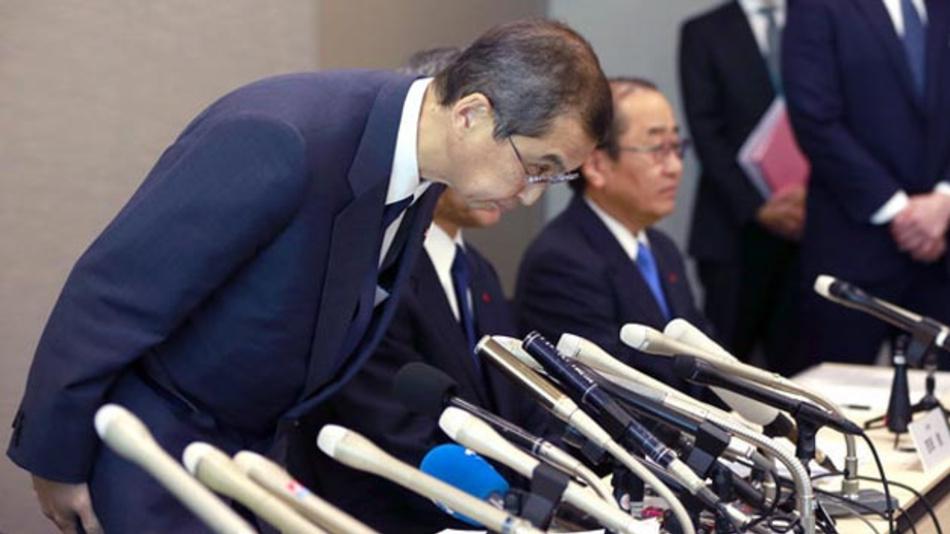 Shigehisa Takada (l), der Geschäftsführer von Takata, verbeugt sich am 26.06.2017 auf der Pressekonferenz in Tokio, auf der er die Insolvenz von Takata bekannt gibt.