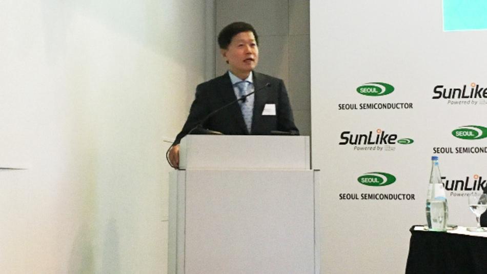 Chung H. Lee, Seoul Semiconductor: »Die enge Zusammenarbeit zwischen Seoul Semiconductor auf dem Gebiet der LEDs und Toshiba Materials hat es möglich gemacht: Wir bringen jetzt Qualität ins LED-Licht. Das bringt den endgültigen Durchbruch für die LED-Beleuchtungen.«