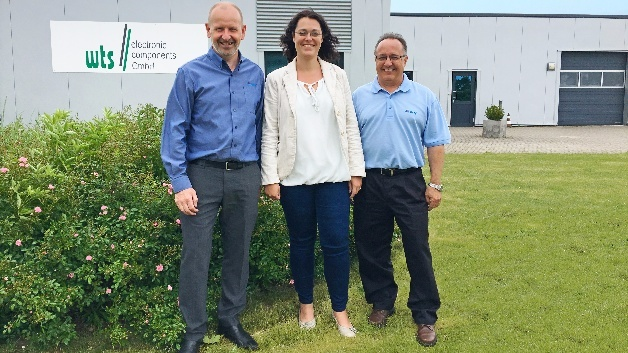 Franchisevertrag zwischen AEM Components Inc. und wts // electronic, v.l.n.r.: Howard Ingleson (AEM), Simone Tschierswitz (wts // electronic), Mike Roach (AEM)