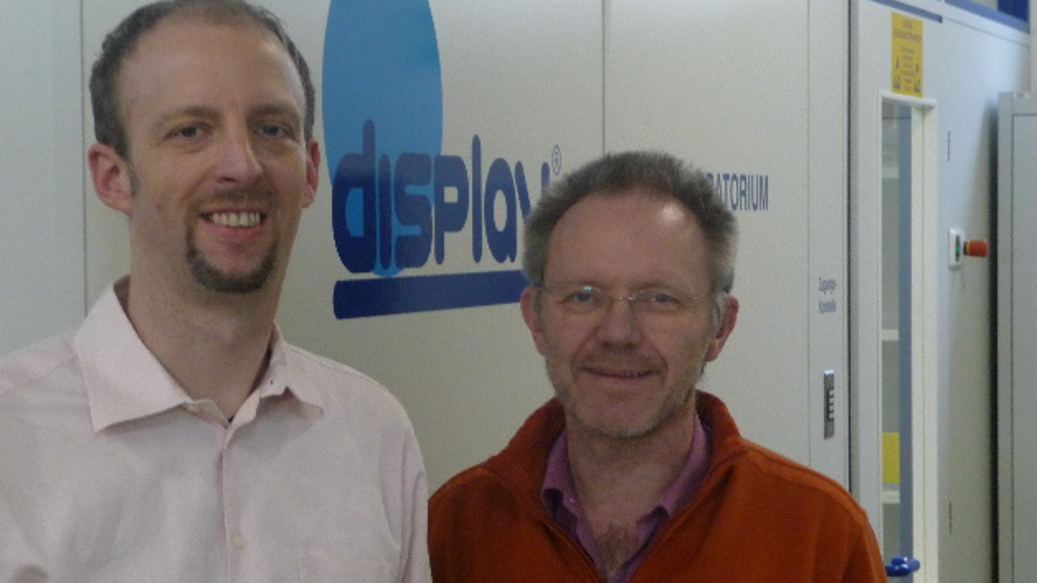 Markus Höpfner (links) und Aloys Arkenau, Vertriebsleiter Display Elektronik, setzen auf PCAP-Touch bei TFTs ab 1,4 Zoll.
