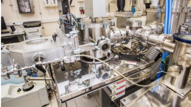 Forschungsanlage am MIPT, um ALD-Film im Vakuum für 3D-ReRAM wachsen zu lassen und zu beobachten.
