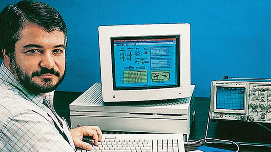 Bild 1. Der Vater von LabView, Jeff Kodosky, mit einer der ersten Versionen der Software.