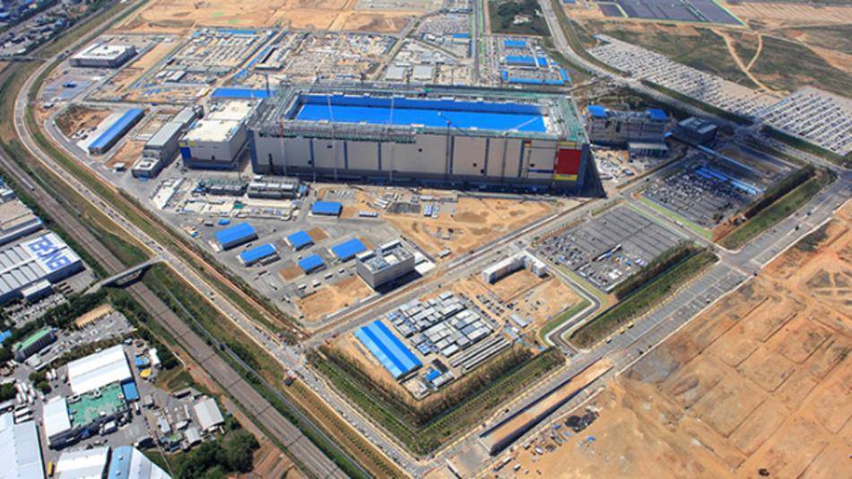 Auf einer Fläche von 2,89 km² fertigt Samsung in der weltgrößten Fab in Pyeongtaek 3D-NAND-Flash-Speicher-ICs und will in diese Fab bis 2021 über 26 Mrd. Dollar investiert haben.