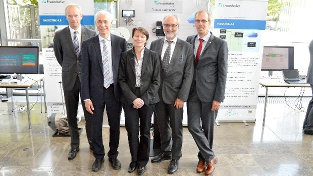 Ministerialrat Dr. Stefan Wimbauer, Prof. Dr. Christoph Kutter, Prof. Dr. Claudia Eckert, Prof. Dr. Rudi Knorr und Prof. Dr. Georg Sigl präsentierten das neue Leistungszentrum (von li. nach re.).