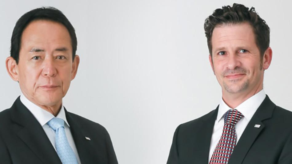 Durch komplementäre Produktangebote und Geschäftsmodelle sowie die geografische Präsenz ihrer beiden Unternehmen erwarten Toshi K. Funaki (IDEC, links) und Grégory Sachnine (APEM) künftig Vorteile auf den Märkten.