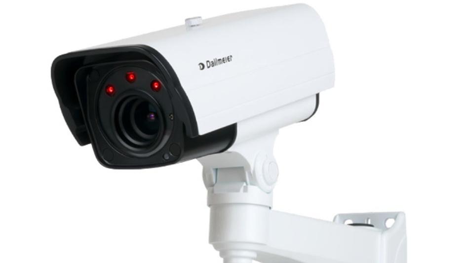 Die Infrarotkamera DF5400HD-DN/IR von Dallmeier electronic kann automatisch zwischen Tag- und Nachtmodus umschalten.