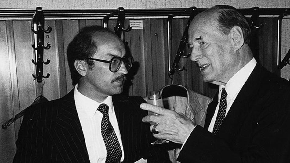 Bild 3. Günther Klasche im Gespräch mit Manfred von Ardenne, DDR-Forscher, Radio- und Fernsehpionier, anlässlich des 60-jährigen Jubiläums von Loewe Optain Kronach (Juli 1983).