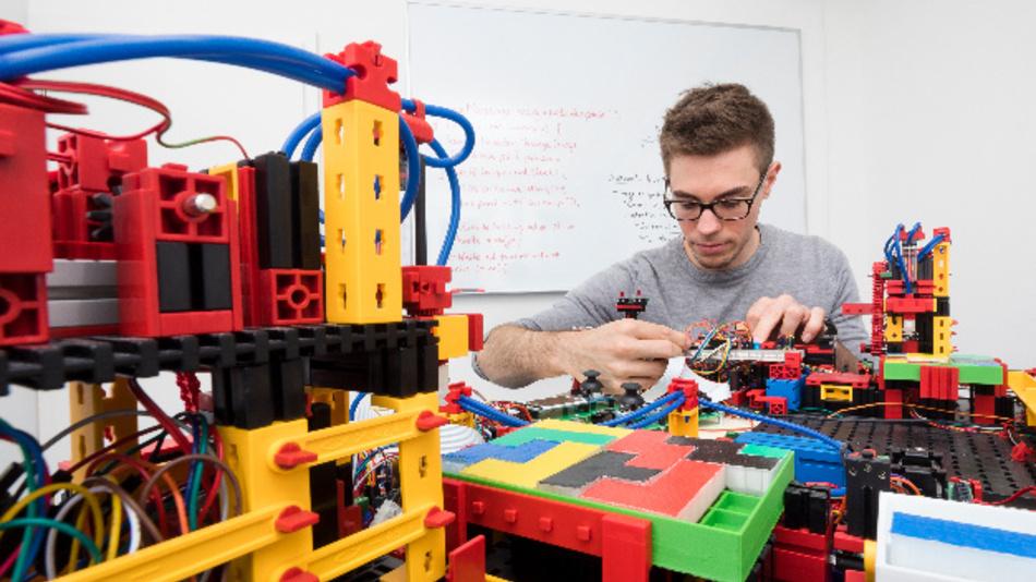 Einer von Dr. Tobias Schuberts PhD-Studierenden bei Arbeiten an der Smart MiniFab.