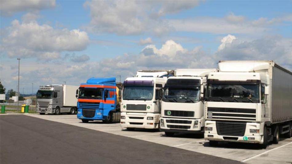 Mit der Reservierungsplattform von Truck Parking Europe können Transportunternehmer und Trucker im Vorfeld einer Fahrt sichere Parkmöglichkeiten für den Lkw buchen.