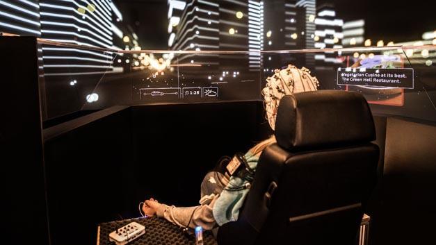 Für das Laborexperiment beim Fraunhofer-Institut in Stuttgart baute Audi eigens einen Fahrsimulator, der automatisiertes Fahren nachempfindet: mit variablem Innenraum und ohne Lenkrad.