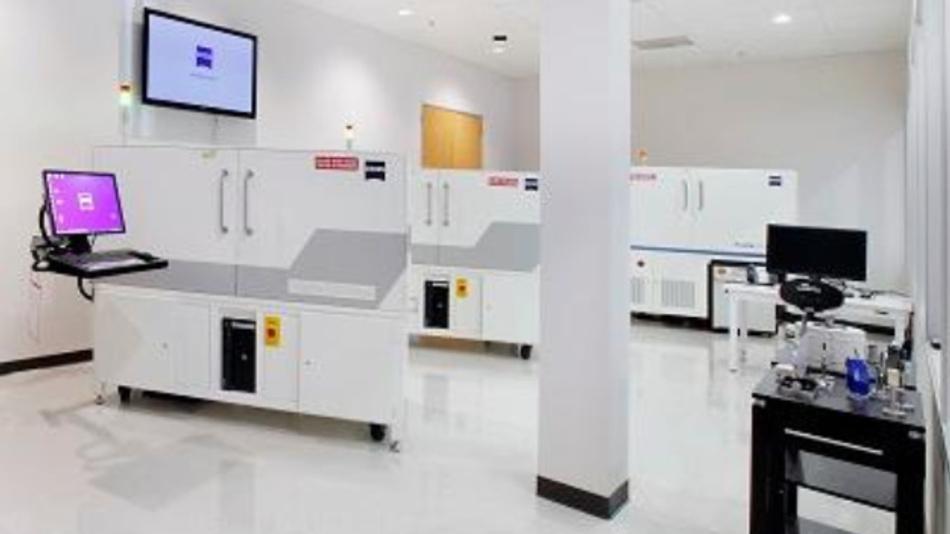 Im neuen ZEISS Customer Center in Pleasanton demonstriert Zeiss die Mikroskope, die auf Basis von Licht, Ionen-, Elektronen- und Röntgenstrahlen arbeiten.
