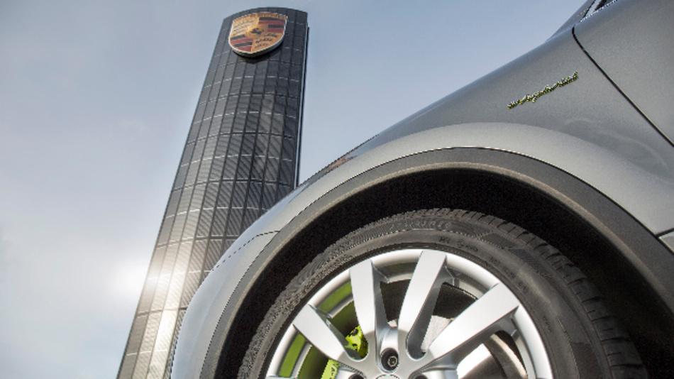 Das Solarpylon vor der neuen Niederlassung in Berlin symbolisiert die nachhaltige Ausrichtung von Porsche.