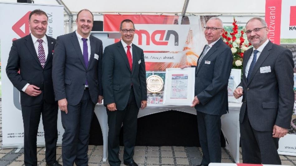 Urkundenübergabe an die beiden men-Geschäftsführer Bernd Härtlein (mit roter Krawatte) und Manfred Schmitz (mit Urkunde).