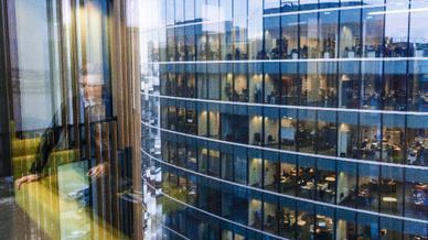 Mann spiegelt sich in Gebäude