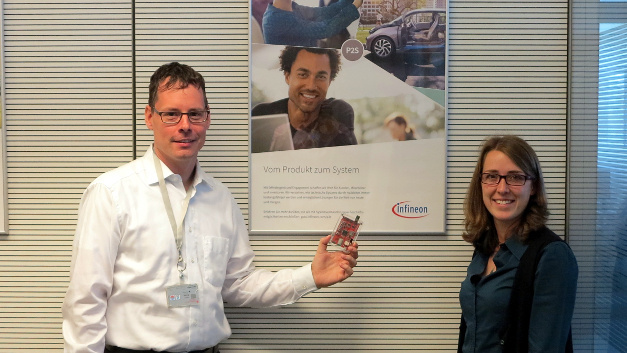 Dr. Benjamin Schwabe (links) und Andrea Hollenbach (rechts) entwickeln bei Infineon Sensoren im Kontext der jeweiligen Applikation.