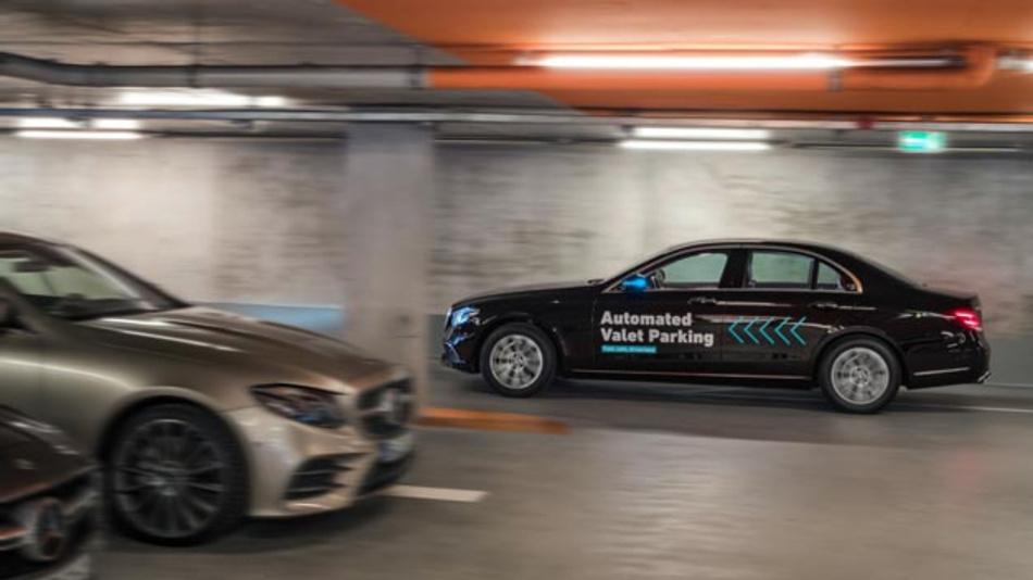 Daimler und Bosch zeigen, wie per Smartphone-Befehl Autos fahrerlos in einen zugewiesenen Stellplatz fahren, ohne dass der Fahrer das Manöver noch überwachen muss.