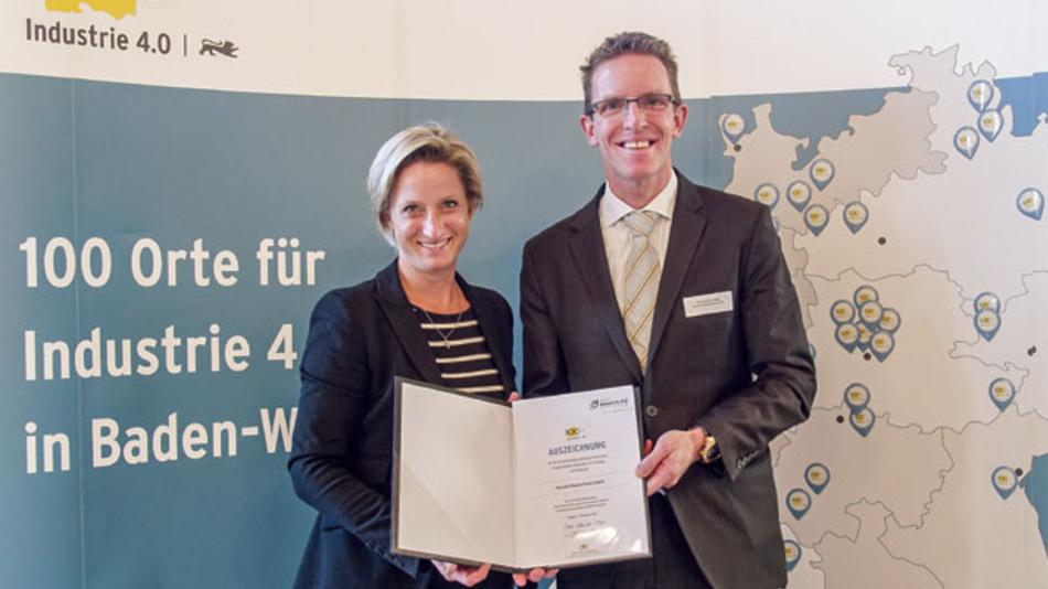 """Hans van der Velden, Geschäftsführer Bossard Deutschland. Hier erhält er die Auszeichnung """"100 Orte für Industrie 4.0 in Baden-Württemberg"""" von Wirtschaftsministerin Dr. Nicole Hoffmeister-Kraut (CDU)."""