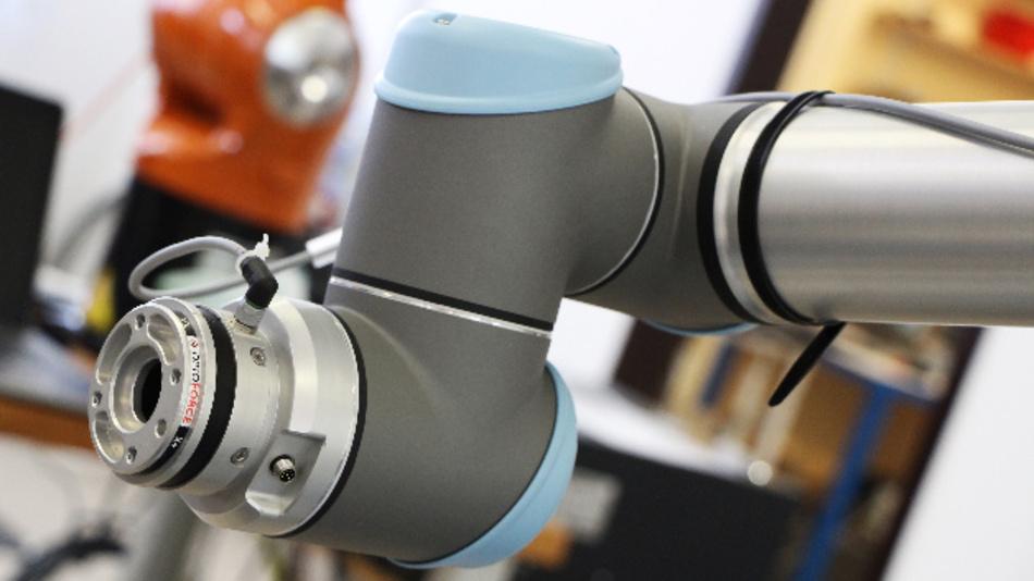 Ein sechsachsiger Kraft-Momenten-Sensor von OptoForce – montiert an einem kollaborativen Roboterarm von Universal Robots.