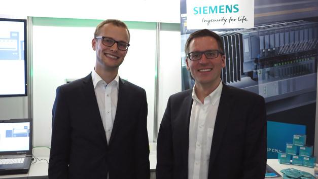 Hauke Nannen (links) und Dr. Heiko Zatocil (rechts) entwickeln eine Matlab-Lösung zur Laborautomatisierung.