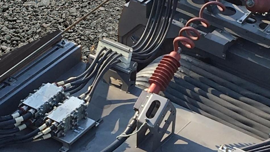 Ansicht auf die Verkabelung einer aktuellen Zugskombination. Der Montageaufwand der Zugentlastung soll sich künftig mit den neuen Möglichkeiten wesentlich vereinfachen lassen.