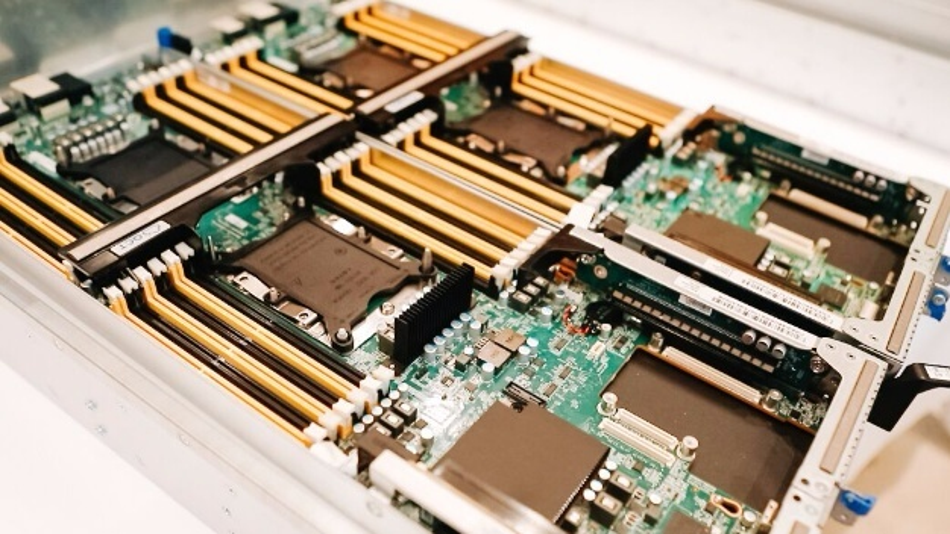 Cloud-Server: deutlich sichtbar sind die vier Prozessorsockel mit den zugeordneten Speichersteckplätzen.