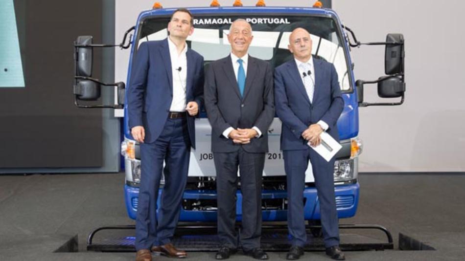 Marc Llistosella, Präsident & CEO Mitsubishi Fuso Truck and Bus Corporation, Marcelo Rebelo de Sousa, Präsident der portugiesischen Republik, Jorge Rosa, Leiter des Werks Tramagal beim Produktionsstart des Fuso eCanter.