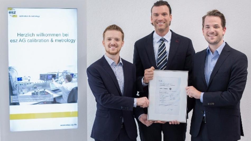 Die esz AG ist stolz auf die neue DAkkS-Akkreditierung. V.l. Bertram Krotz, Calibration Management Consultant, Philip M. Fleischmann, Vorstand Technik und Dominik Beuscher, Projektleiter