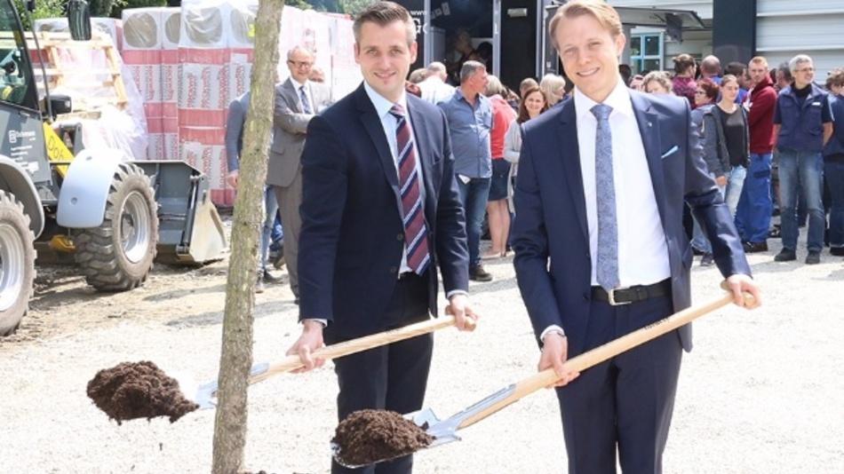 Als Zeichen für ihren Glauben an Wachstum, Zukunft und den Industriestandort Hückeswagen pflanzten die beiden geschäftsführenden Gesellschafter Roland Lenzing (l.) und Mathias Stendtke vor dem neuen AKL einen Amberbaum.
