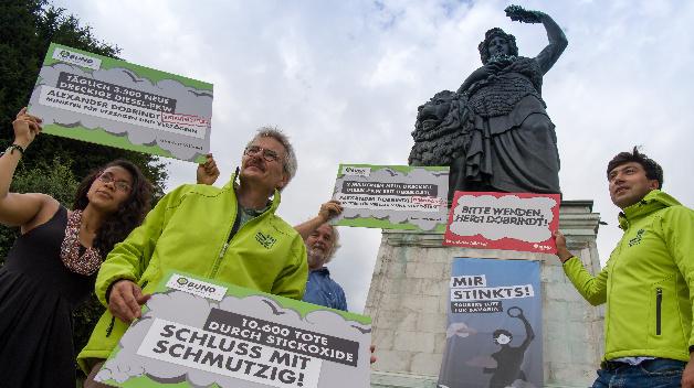 Zeitlich mit dem Dieselgipfel in Berlin demonstrieren Aktivisten von »BUND Naturschutz in Bayern e.V.« unterhalb der Bavaria-Statue an der Theresienwiese in München.
