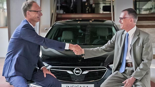Opel-Chef Michael Lohscheller und der Vorstandsvorsitzende von PSA, Carlos Tavares (rechts), bekräftigen ihre Partnerschaft vor dem neuen Insignia.