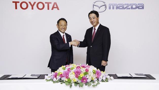 Akio Toyoda, Präsident von Toyota und Masamichi Kogai, Präsident und CEO von Mazda, besiegeln den Ausbau ihrer Partnerschaft mit einem Handschlag.