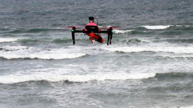 Eine Einsatzdrohne trägt am 08.08.2017 an einem Strand an der Atlantikküste in Biscarrosse (Frankreich) bei einer Übung eine Rettungsweste. Nach einer erfolgreichen Probezeit werden die Rettungsdrohnen in der Hochsaisonzeit bis September an der Atlantikküste Frankreichs eingesetzt.