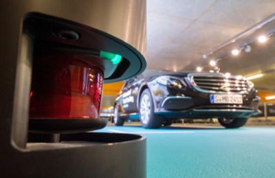 Ein Mercedes-Benz E200 steht während einer Präsentation in einem Parkhaus in Stuttgart (Baden-Württemberg) hinter einem Bosch-Sensor. In einem Pilotprojekt erproben Bosch und Daimler fahrerloses Parken im Parkhaus.