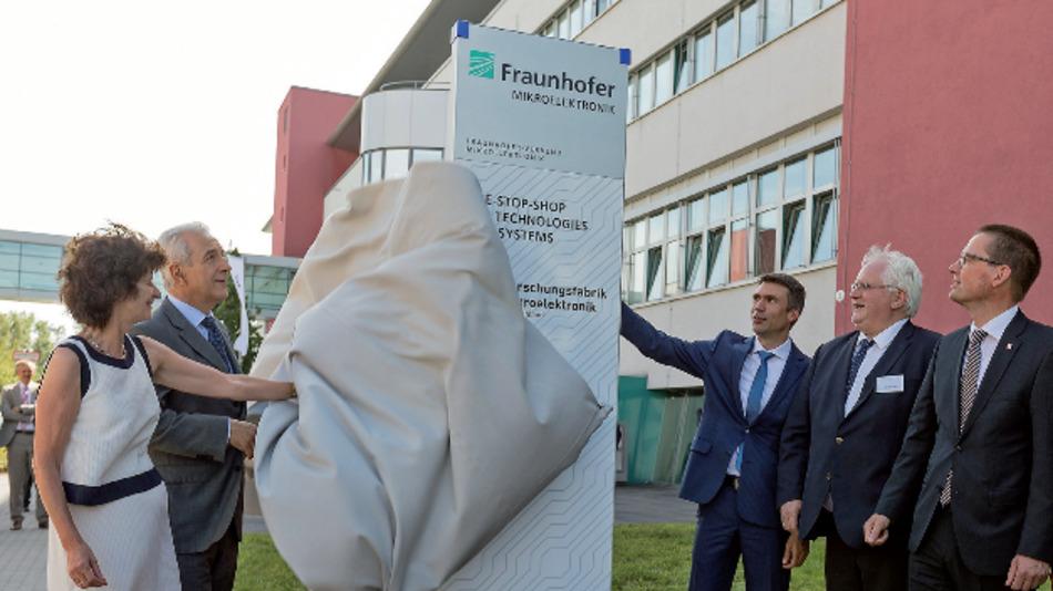 Politiker und Wissenschaftler entfüllen  symbolisch die Eingangsstele am Fraunhofer-Institut für Photonische Mikrosysteme in Dresden.