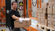 Solarwatt-Mitarbeiter Armin Bönisch stapelt MyReserve Matrix Speicher für die Auslieferung an die Fachinstallateure.