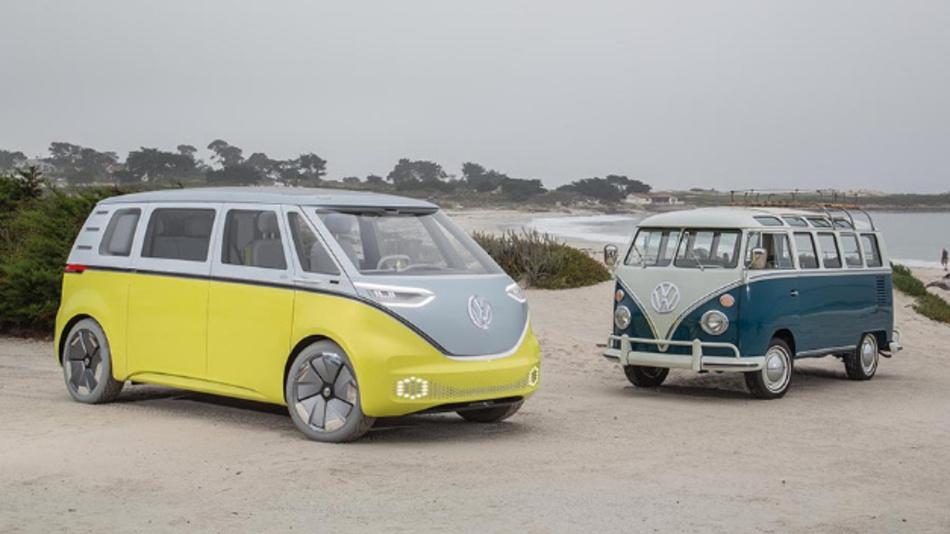 Neu und Alt in einem Bild: Der VW Bulli mit Elektroantrieb neben dem VW Bus der ersten Generation.
