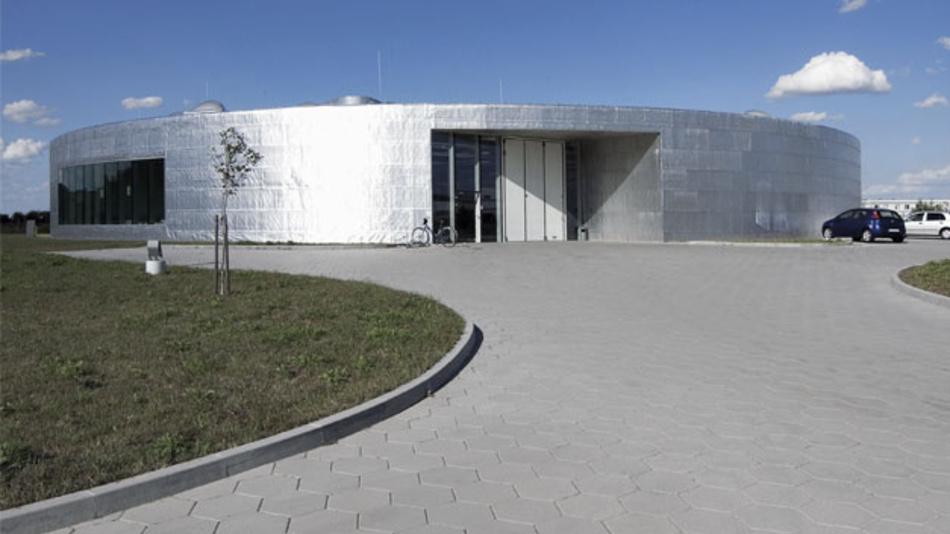 Slubice liegt direkt gegenüber von Frankfurt/Oder. Hier steht die Fabrik, die schon durch ihren kreisförmigen Grundriss auffällt und bei einem internationalen Architektur-Ranking 2015 als »achtschönstes« Fabrikgebäude weltweit eingestuft wurde.