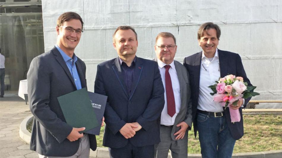 Die Feier zu zehn Jahren digitale Drehgeber-Fabrik von FRABA-POSITAL im polnischen Slubice. Von links nach rechts: Paul Schmitz (Fertigungsleiter, Slubice/FRABA), Tomasz Ciszewicz (Bürgermeister von Slubice), Roman Dziduch (Vertreter der Wirtschaftsförderungsgesellschaft für die Sonderzone Slubice/Kostrzyn), Christian Leeser (CEO und Mehrheitsgesellschaft der FRABA Gruppe)