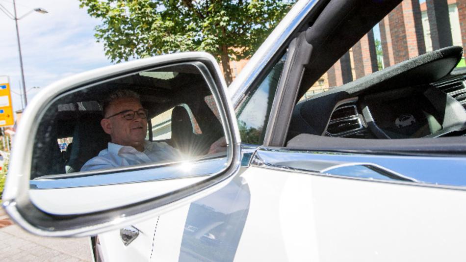 Der Taxiunternehmer Lutz Möbius aus Zeitz fährt in seinem nagelneuen Tesla durch Halle/Saale (Sachsen-Anhalt).