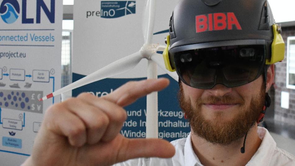 Moritz Quandt, Wissenschaftlicher Mitarbeiter am Bremer Institut für Produktion und Logistik an der Universität Bremen (BIBA) demonstriert im Institut in Bremen das Arbeiten mit einer Datenbrille.