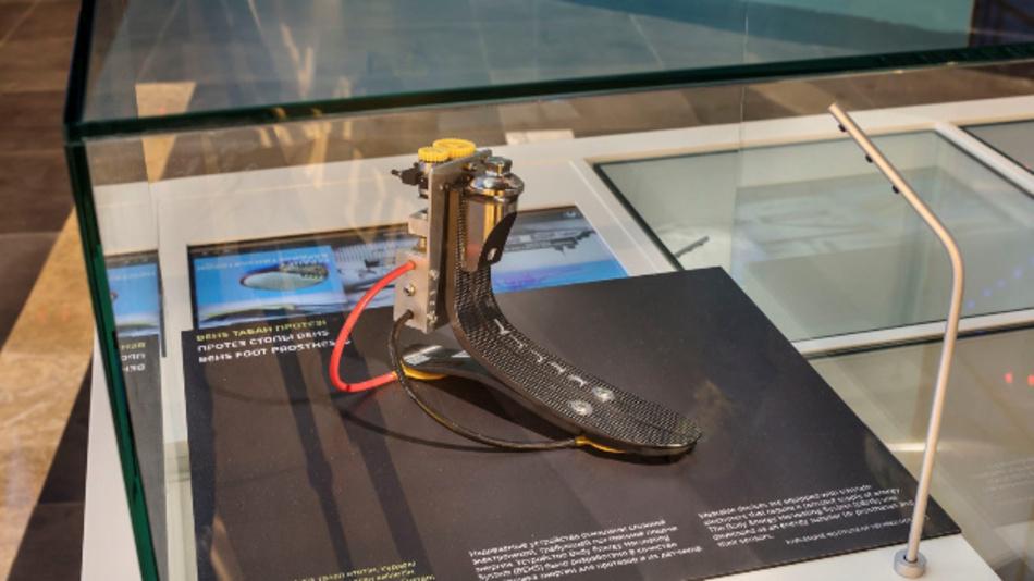 Mit Systemen, die Körperenergie in Strom umwandeln, wie diese Fußprothese, wollen Forscher des KIT transportable Elektrogeräte wie Smatphones oder Herzschrittmacher betreiben.