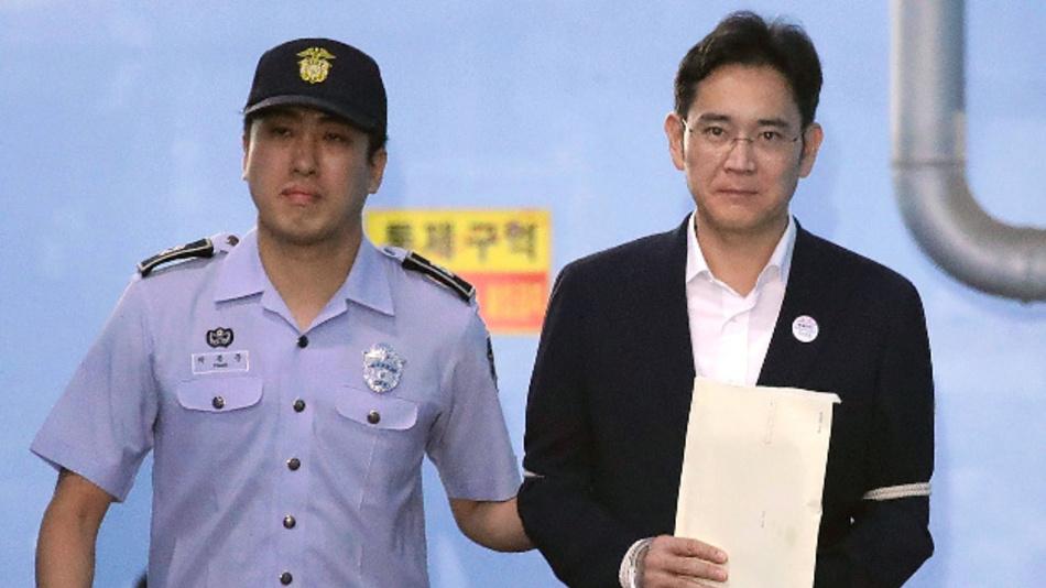 Lee Jae Yong (r), Vizevorsitzender des Smartphone-Marktführers Samsung Electronics, verlässt am 25.08.2017 in Seoul (Südkorea) nach der Verhandlung das Bezirksgericht.