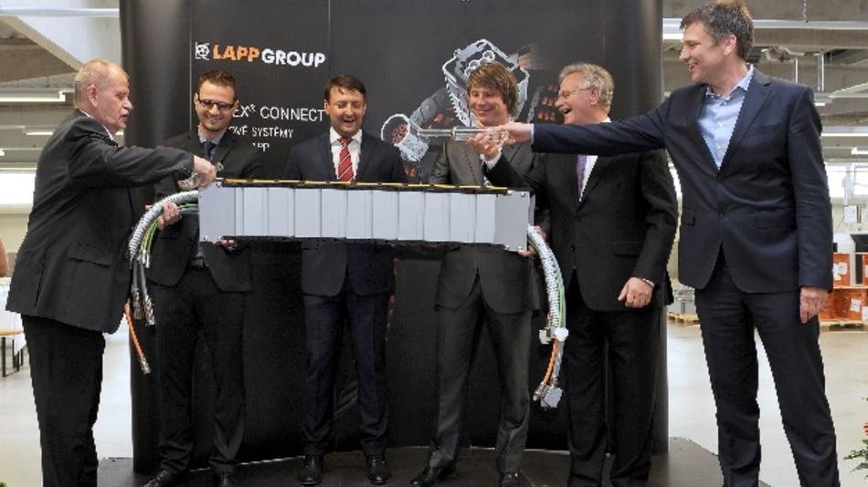Zur Eröffnung des neuen Konfektionsstandorts in Otrokovice in Tschechien wurde die erste Energiekette nach landestypischer Sitte mit Sliwowitz getauft.
