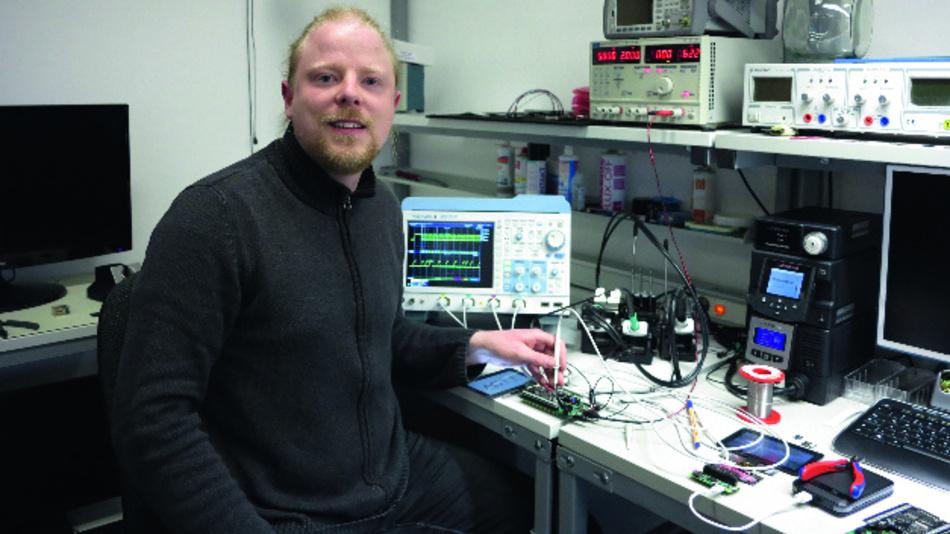 Achim Döbler beim  Display-»Debugging«  in seinem Münchner Labor.
